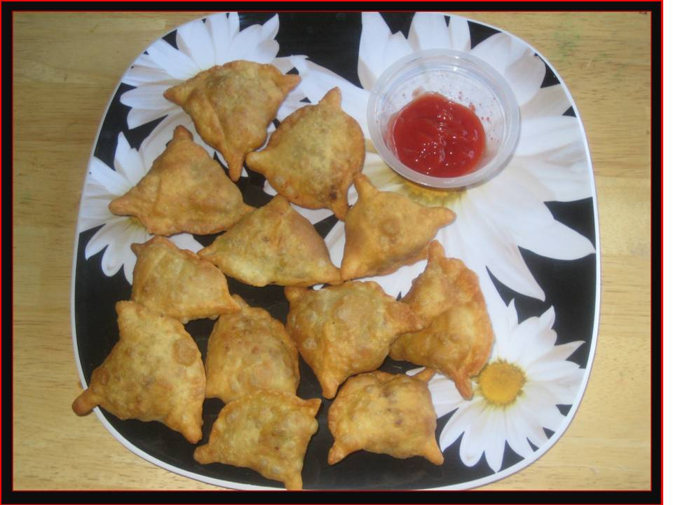 http://bengalicuisine.files.wordpress.com/2008/09/suma_chickenkheema-and-chicken-samosa2.jpg